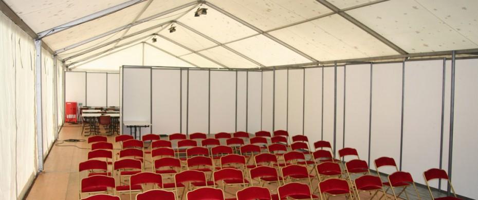 Aménagement salle conférence de presse, avec structure de 10mx30m, chaises velours bordeaux, cloisonnage de séparation