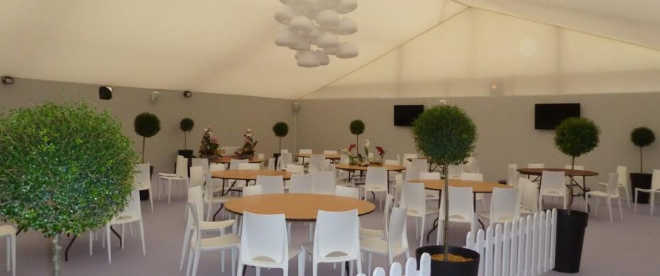 Espace événementiel carré VIP ambiance lounge, structure de 15mx20m avec habillage coton gratté toile tendue, barrières golf