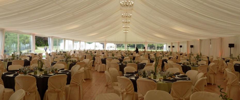 Soirée de gala événementielle, structure de 20mx45m, 600 personnes avec vélum, lustres, baie cristal, housses de chaise