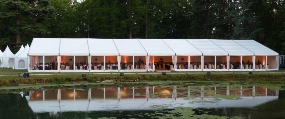 Réceptif d'entreprise structure de 20mx45m, façade baie cristal pour 600 personnes