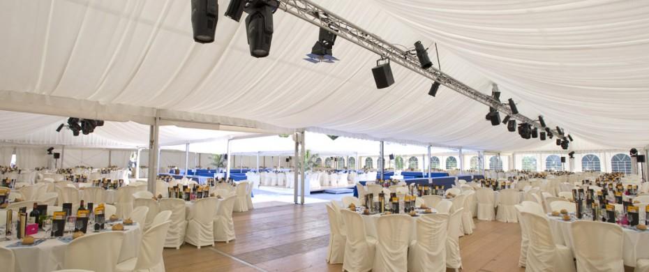 Réceptif privé d'entreprise de 1000 personnes  4 structures 10m disposées en carré pour former un patio central 1300m2 couverts