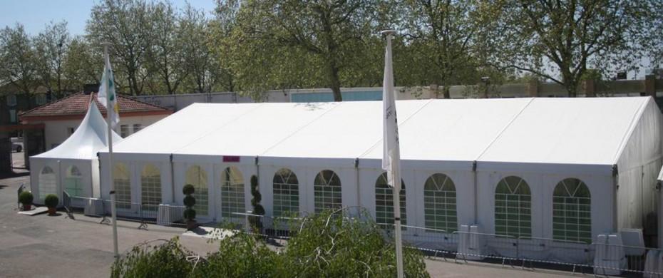 Espace d'exposition avec une structure de 15mx25m avec lestage plots béton en périphérie