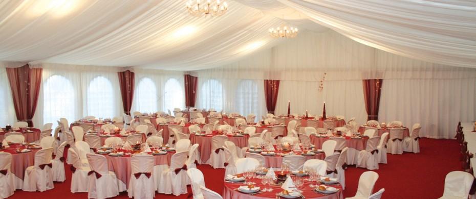 Mariage, structure de 15mx20m avec velum, moquette, lustres, housses de chaise, caches poteaux, 180 personnes